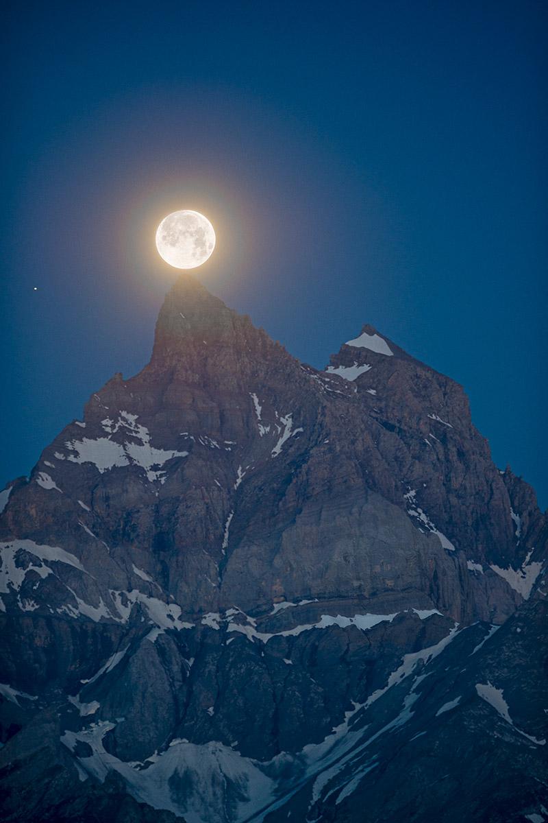 La Pleine Lune au sommet de la Cime de l'Est depuis le Gros Châtillon (1836m.). Au bord de l'image à gauche, Saturne. © Fabrice Ducrest
