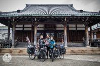 Avec un moine bouddhiste et sa famille