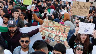 Photo de Les Algériens persistent et signent.. Bouteflika «doit partir»
