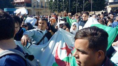 Photo de Algérie. Les étudiants crient «Silmiya» face au fort dispositif policier