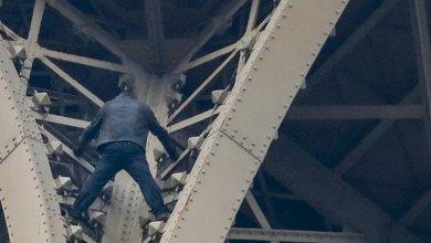 Photo de Paris. Un homme suspendu à la Tour Eiffel pendant plusieurs heures