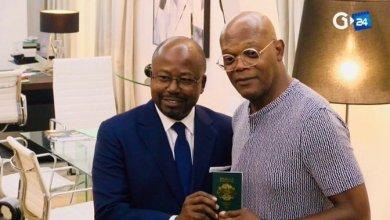 Photo de Samuel Jackson reçoit le passeport Gabonais