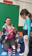 Tycia qui offre son cadeau à sa mono