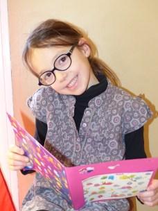 Une petite fille heureuse de sa carte de Saint Valentin