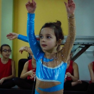 Mila en train de faire sa danse au twirling led79