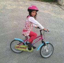 Une grande qui fait du vélo sans roulettes ♥