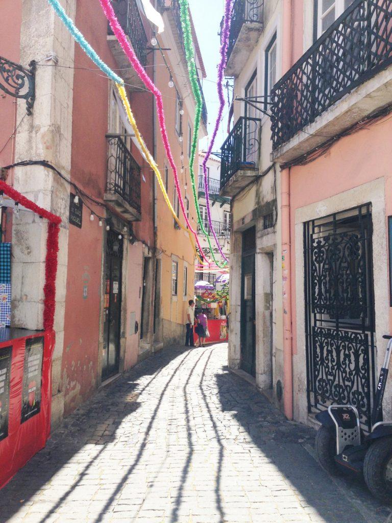 lisbonne-explorer-ville-ruelle-alfama