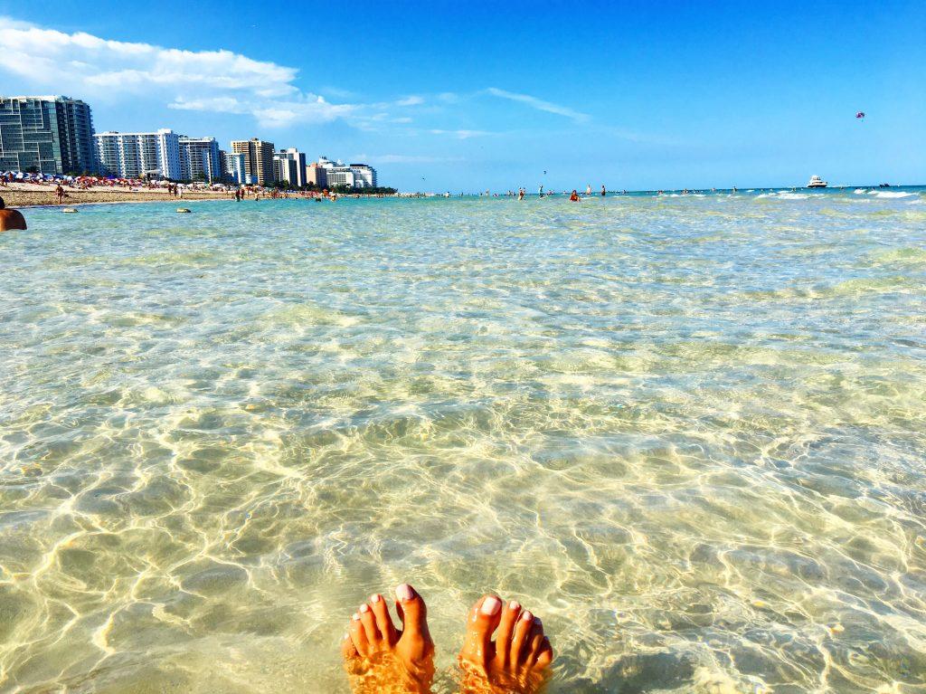 pieds-beach-sea