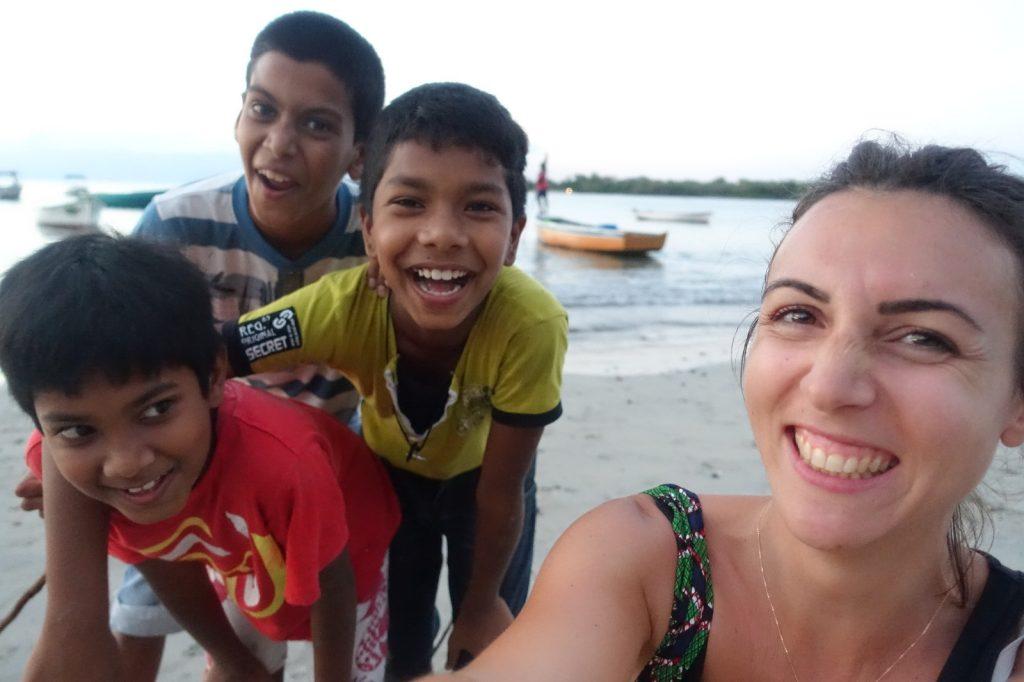 les-exploratrices-maurice-tamarin-plage-enfants-sourires