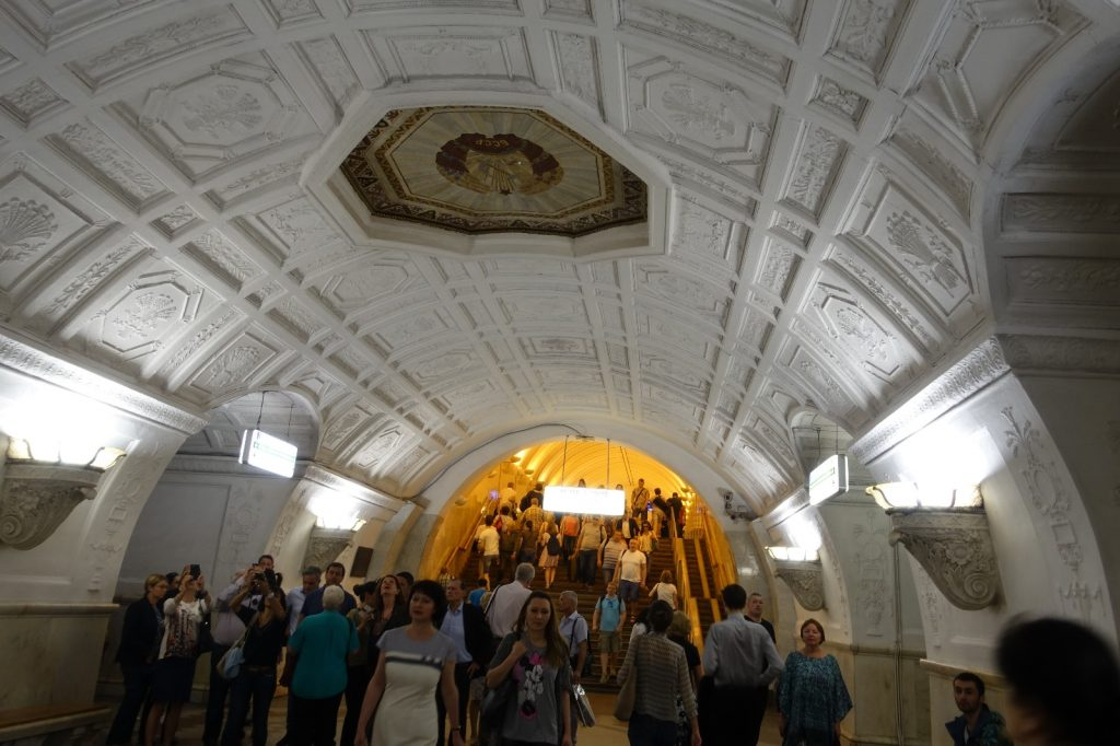 les-exploratrices-moscou-russie-fanny-metro-decoration-couloir
