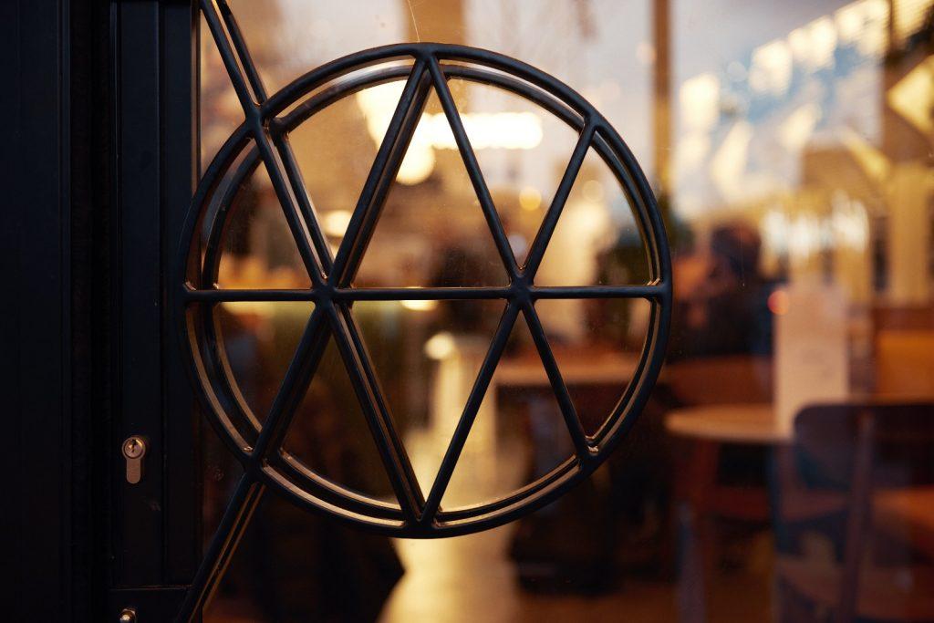 les-exploratrices-restaurant-les-fauves-montparnasse-logo-porte