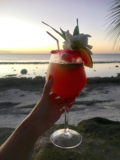 prendre un cocktail à la pension de Maeva à Huahine