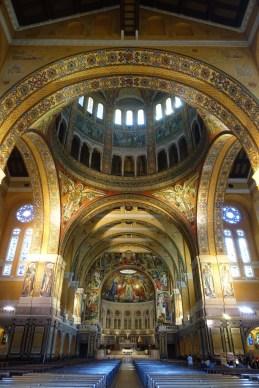 l'intérieur de la basilique sainte-thérèse à lisieux