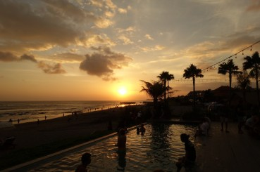 voyage-a-bali-canggu-beach-the-lawn-sunset-piscine