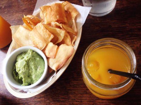 Chips maison et guacamole
