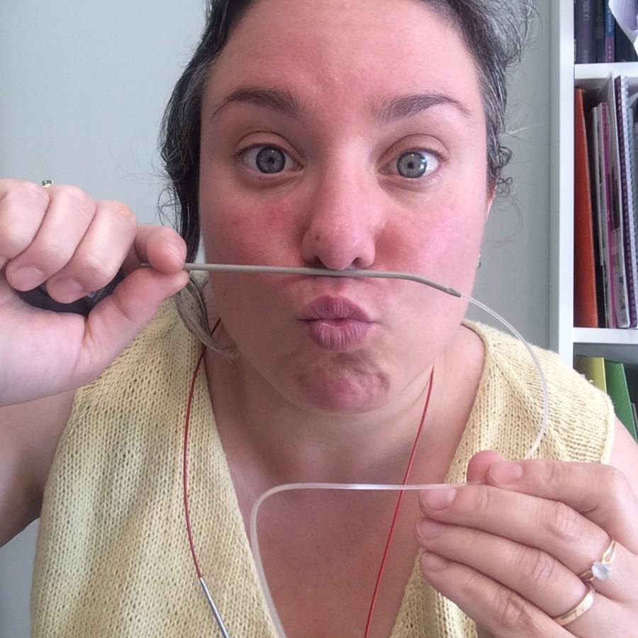 je joue avec une paire d'aiguilles circulaires fixes à cable rigide et métal détestable.