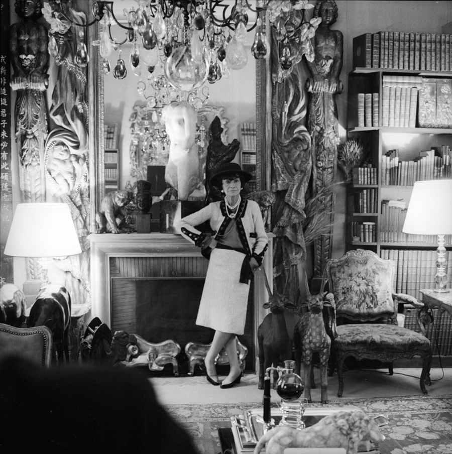 Gabrielle Chanel dans ses bureaux