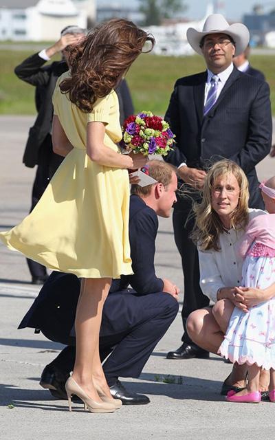 Le prince William et une petite fille malade à l'aéroport de Calgary