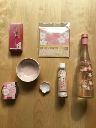 Du saké ( avec une fleur de cerisier dans la bouteille )