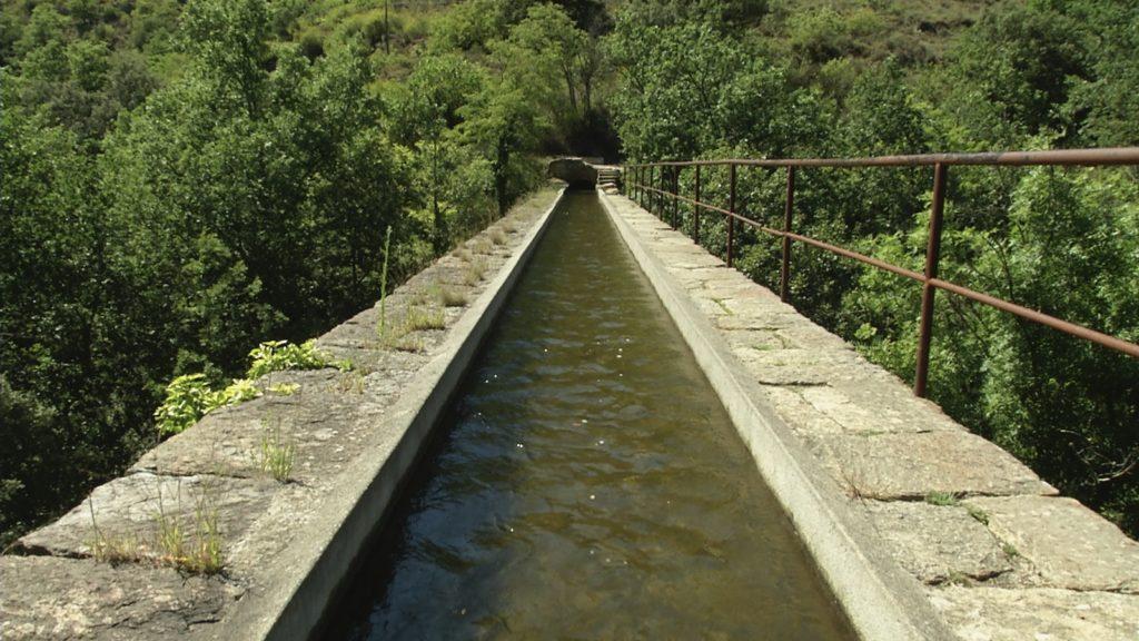 Aqueduc de Ria-Sirach. Image du film La vie descend de la montagne, réalisé par Olivier Moulaï pour l'association de Sauvegarde du Canal de Bohère