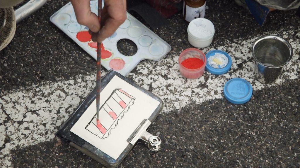Nicolas CUSSAC à la recherche de motifs de peinture sur le parking du supermarché Casino à Canet-en-Roussillon. Image du film Parking Casino, réalisé par Claire Muchir et Olivier Moulaï
