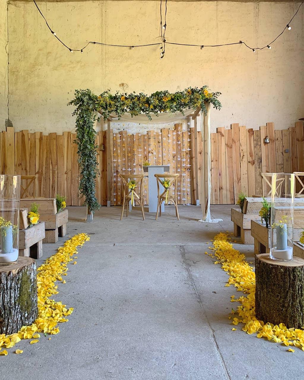 ceremonie-mariage-allee-jaune-arche