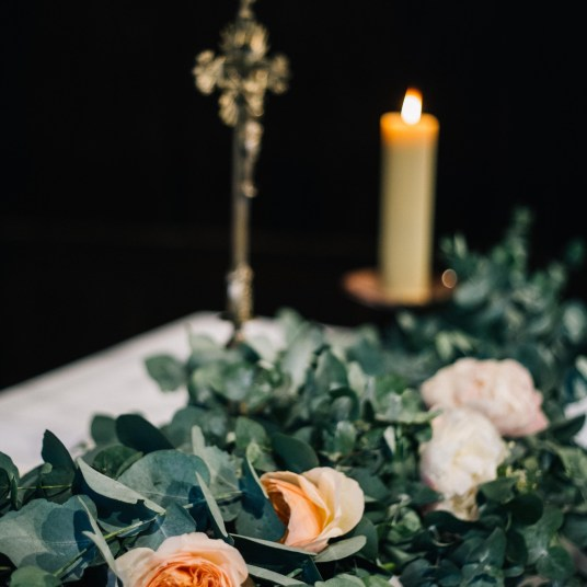 guirlande-feuillage-fleurs-eglise-mariage