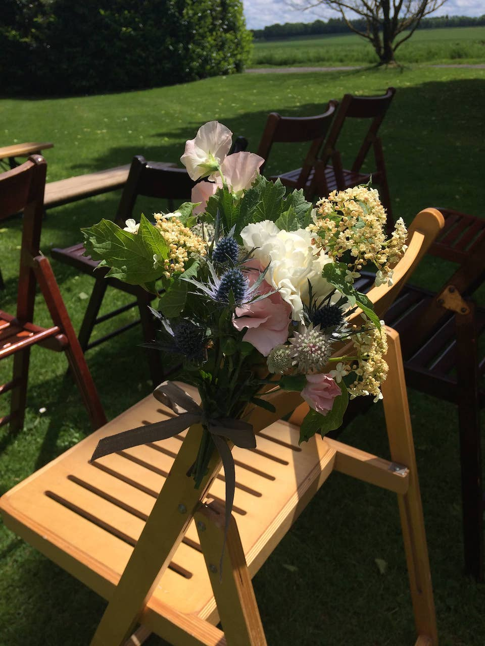lieu-ceremonie-mariage-bouquet-chaise-fleurs