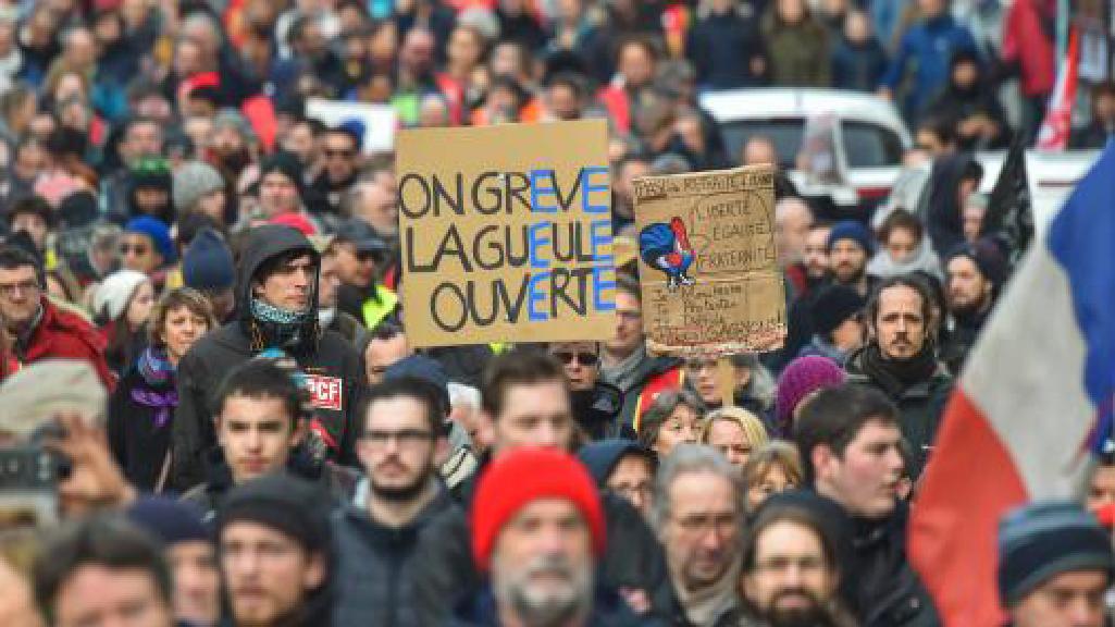 Réforme des retraites: le gouvernement retire l'âge pivot de 64 ans du projet de loi après un samedi difficile