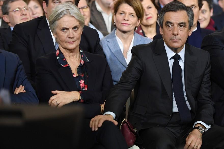 Les avocats du couple Fillon ont d'ores et déjà annoncé qu'ils faisaient appel de la condamnation à 2 ans de prison de l'ancien Premier Ministre. «Cette décision, qui n'est pas juste, va être frappée d'appel, (…), il y aura un nouveau procès», a annoncé devant la presse Antonin Lévy