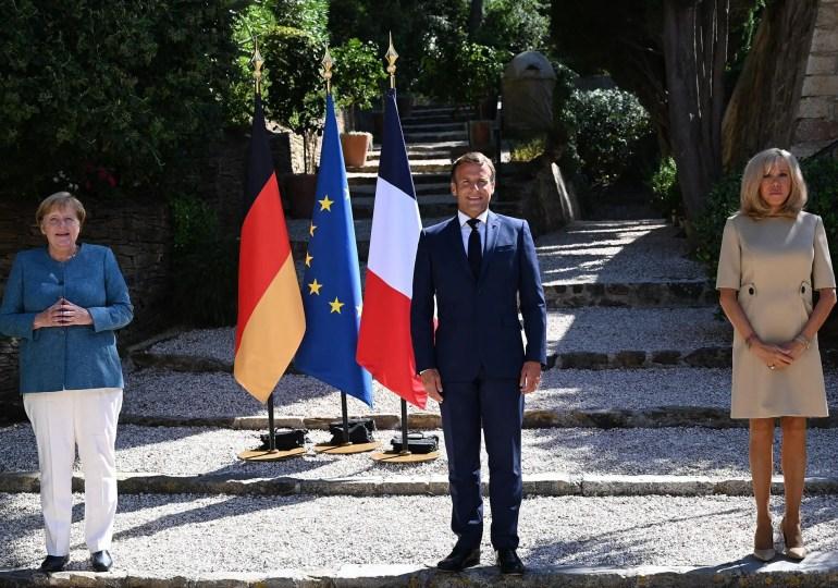 """""""Nous souhaitons que ce dialogue puisse être mis en place par les Biélorusses eux-mêmes. Mais l'Union européenne se tient prête néanmoins à accompagner celui-ci, si notre rôle de médiation peut être utile et est souhaité par les Biélorusses, avec d'autres institutions, notamment l'OSCE, et incluant la Russie dans le dialogue exigeant"""", a déclaré Emmanuel Macron."""