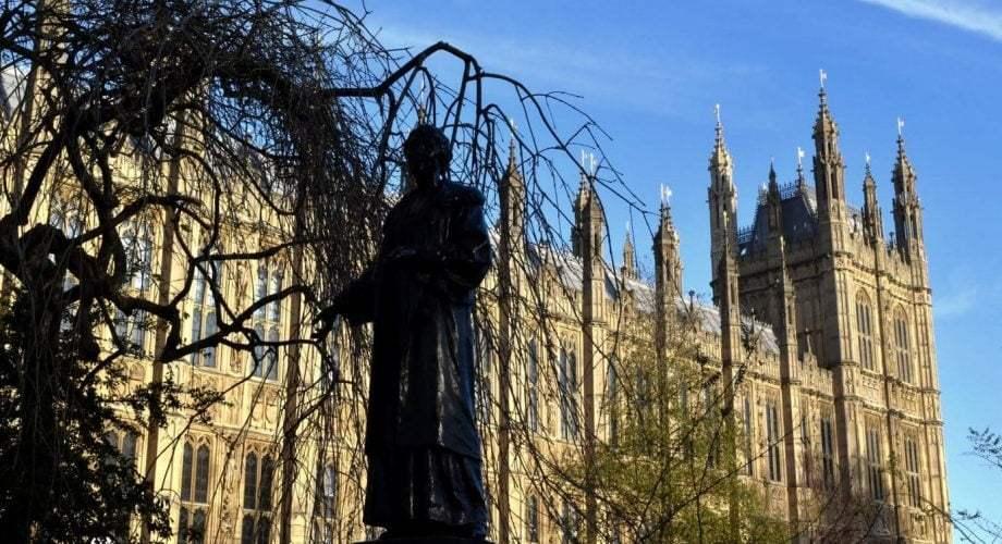 Gros plan d'une statue devant l'abbaye de Westminster