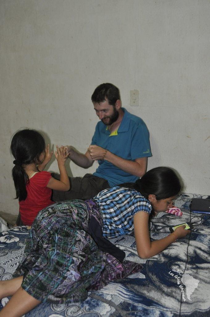 Jeux de mains pour les petits, téléphone portable pour les ados !