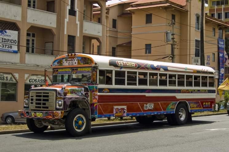 Les fameux Diablo Rojo, bus typique du Panama, riche en décoration et qui s'éclairent de milles feux la nuit. Licence cretive commons - Rob Tiggelman