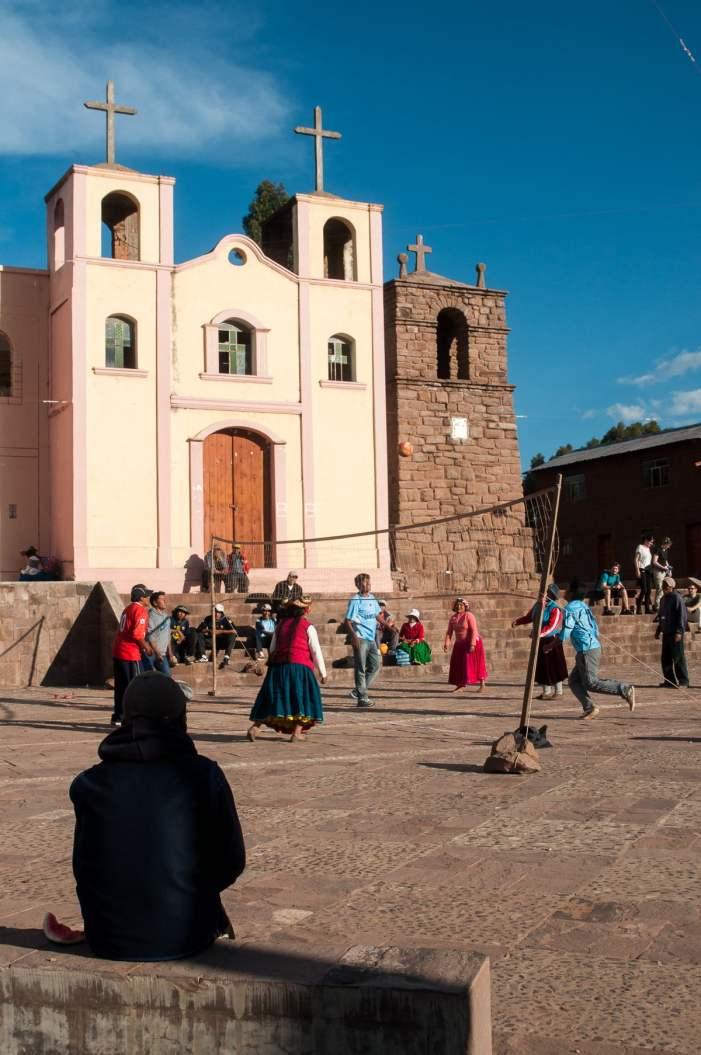 L'église de llachon et son terrain de volley improvisé