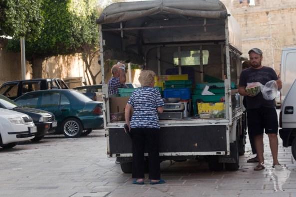 vendeur camion ambulant marché légumes malte