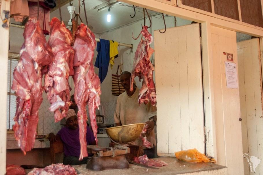 Un boucher du marché de Darajani