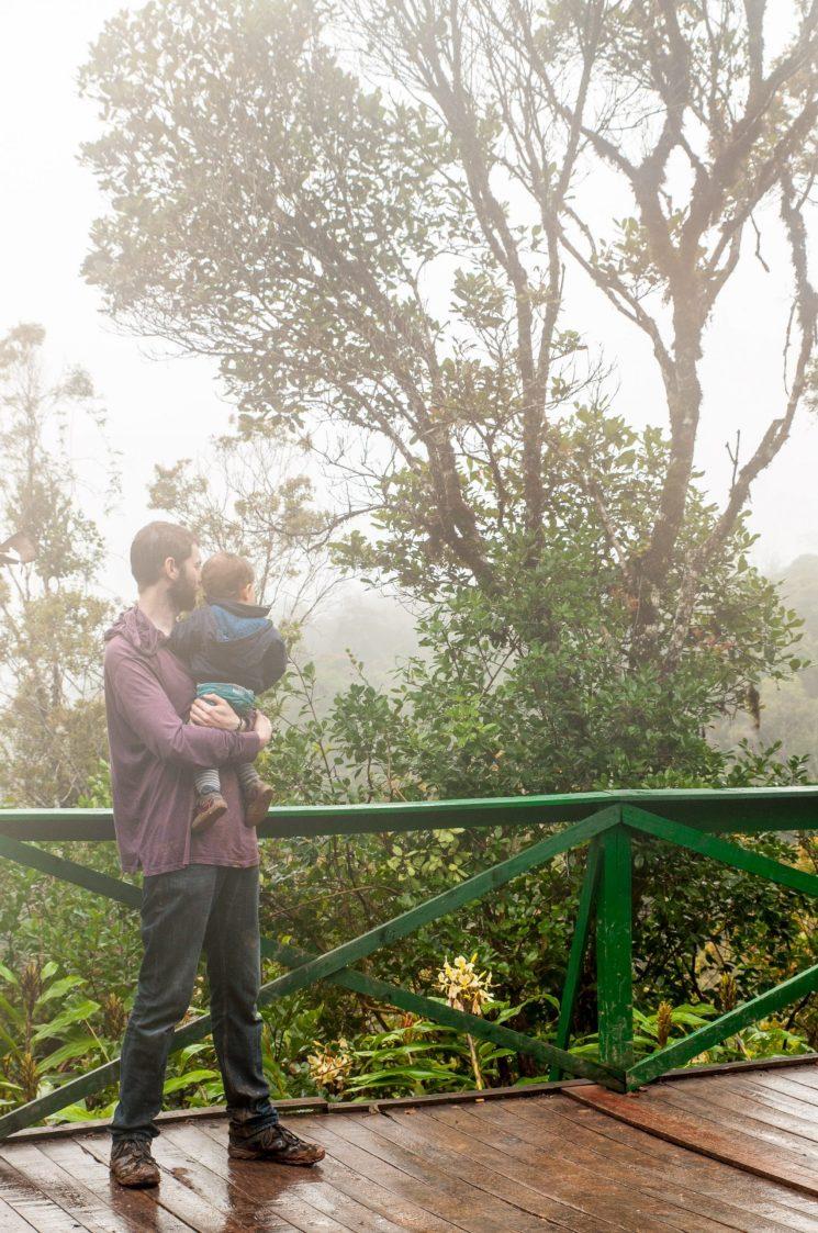 Moment père-fils dans la brume