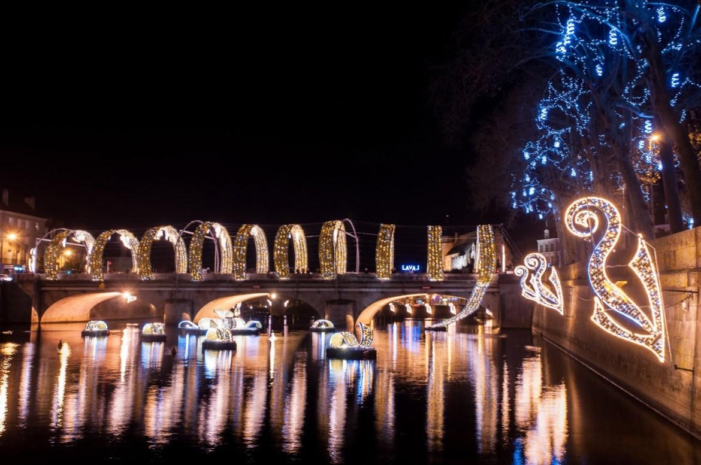 Le long ruban lumineux sur le pont qui traverse la mayenne