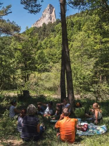 Un pique nique convivial au pied du mont aiguille, emmené par Antony, guide passionné par les montagnes du Trièves
