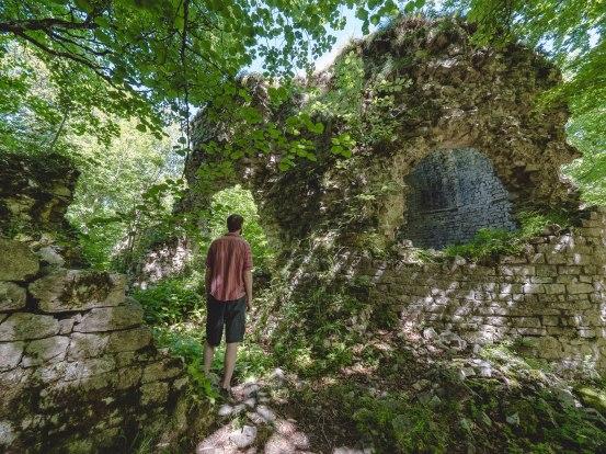 monastère en ruine près du sommet saint Medard forêt de Saou