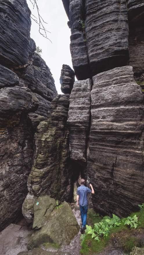 Entre les rochers de Tiske steny à Tisa en Bohême du nord