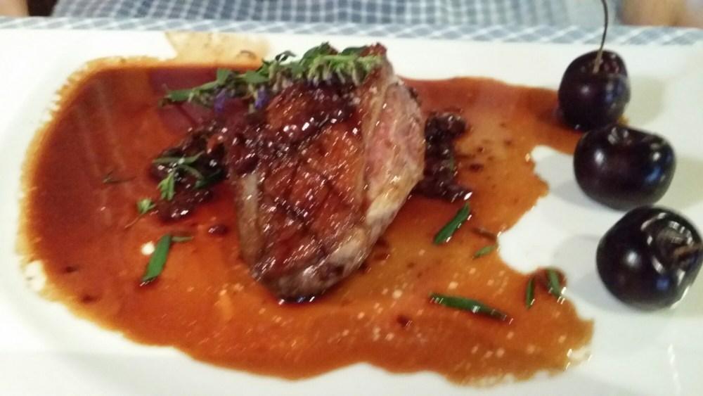 Filet de canard aux cerises et gratin savoyard (désolés... photo floue tout y était pourtant ;-)...)