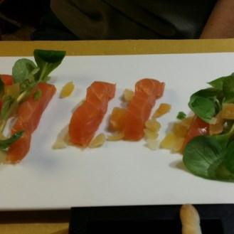 ...du saumon fumé avec un peu de papaye séchée (bon accord!)...