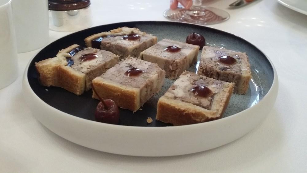 Mise en bouche: pâté en croûte et cerises griottes (un délice!).