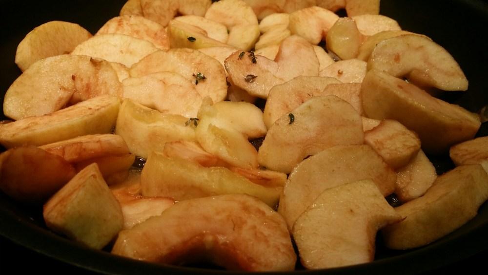 Tarte sablée aux pommes, miel et thym frais.