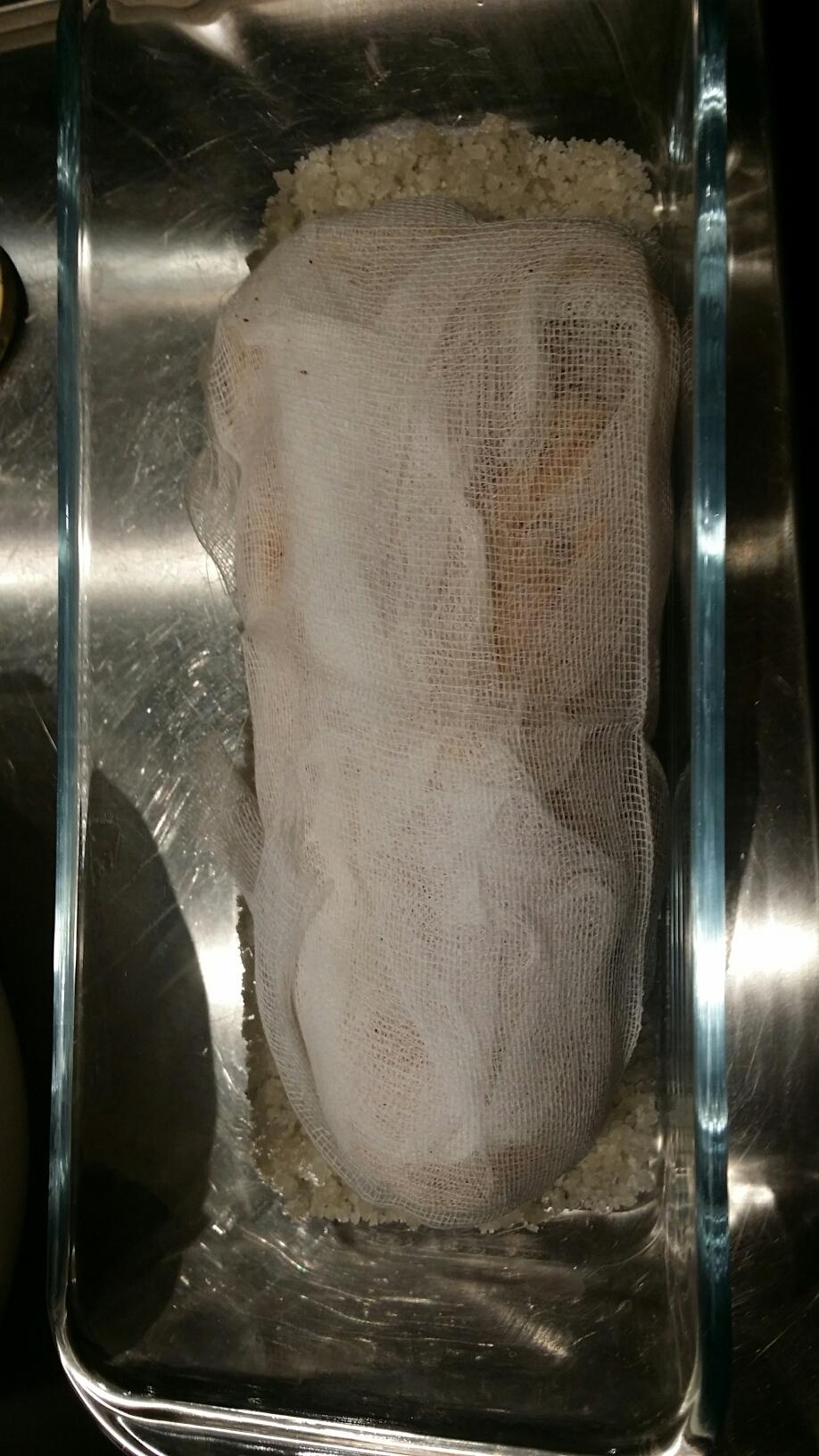 Après déveinage et assaisonnement, le foie gras est enveloppé de gaze stérile.