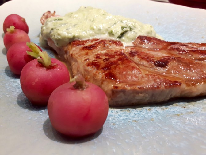 Côte de porc grillée. Sauce à l'asperge et à l'estragon. Radis roses.