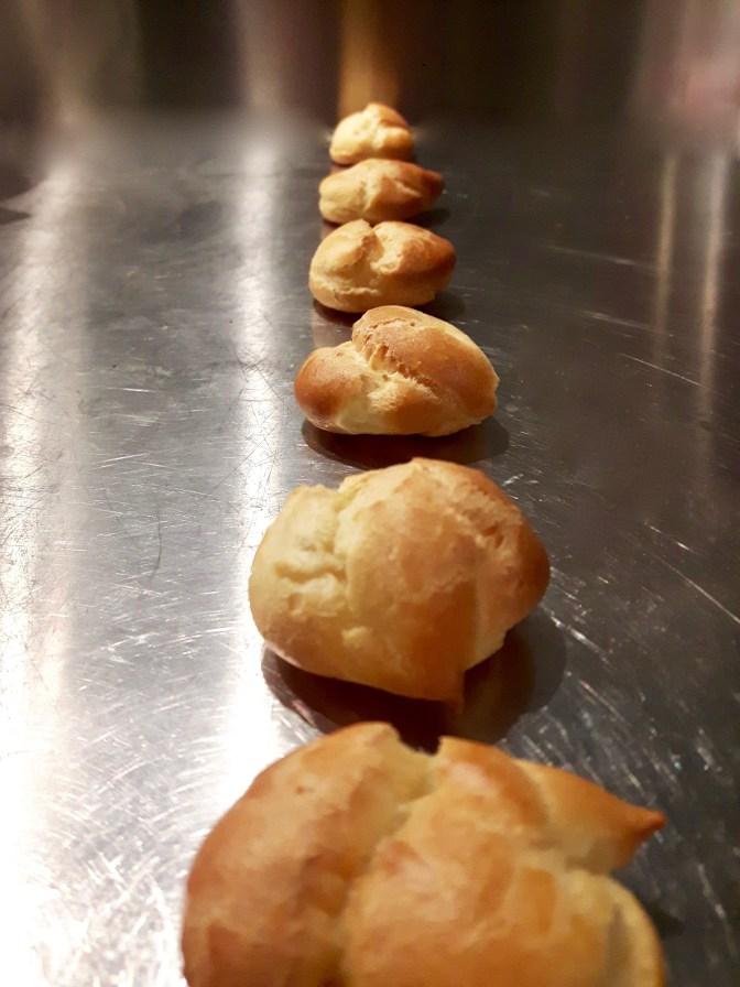 Mini choux au foie gras, aux poires et aux épices.