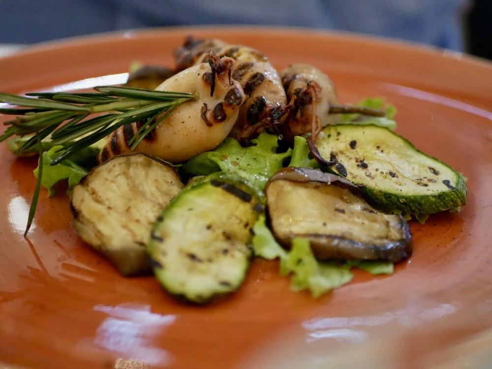Brochette de calmars farcis au romarin. Légumes grillés.